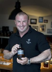 Markvardsen med nya cask strength-flaskan. Foto: Anna Hållams